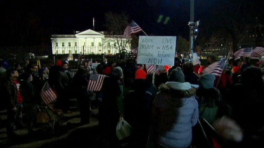 Decenas de inmigrantes celebran a las puertas de la Casa Blanca el decreto de Obama