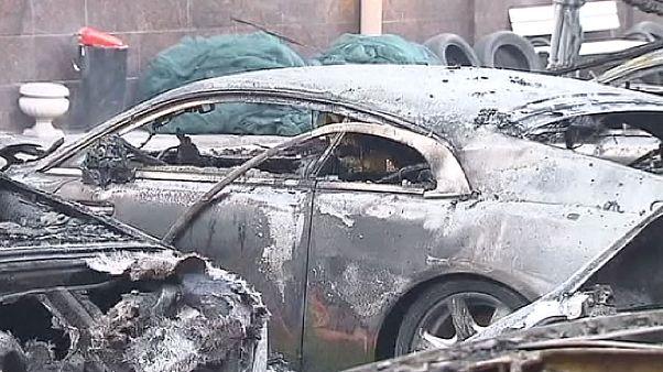 Carros de luxo queimados em Moscovo