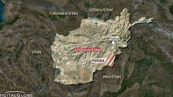 هجوم انتحاري في أفغانستان يودي بحياة ما لا يقل عن خمسين شخصا