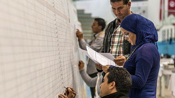تونس: مراكز الاقتراع تغلق ابوابها ونسبة التصويت تتجاوز الخمسين بالمائة