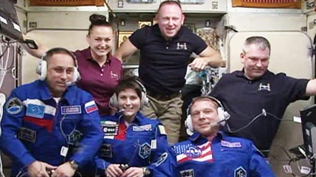 Neue ISS-Crew vor verschlossener Tür