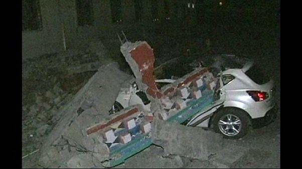 امدادگران چینی در جستجوی گرفتارشدگان زلزله سیچوان