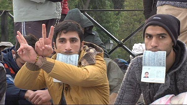 Сирийские беженцы объявили  голодовку напротив парламента Греции