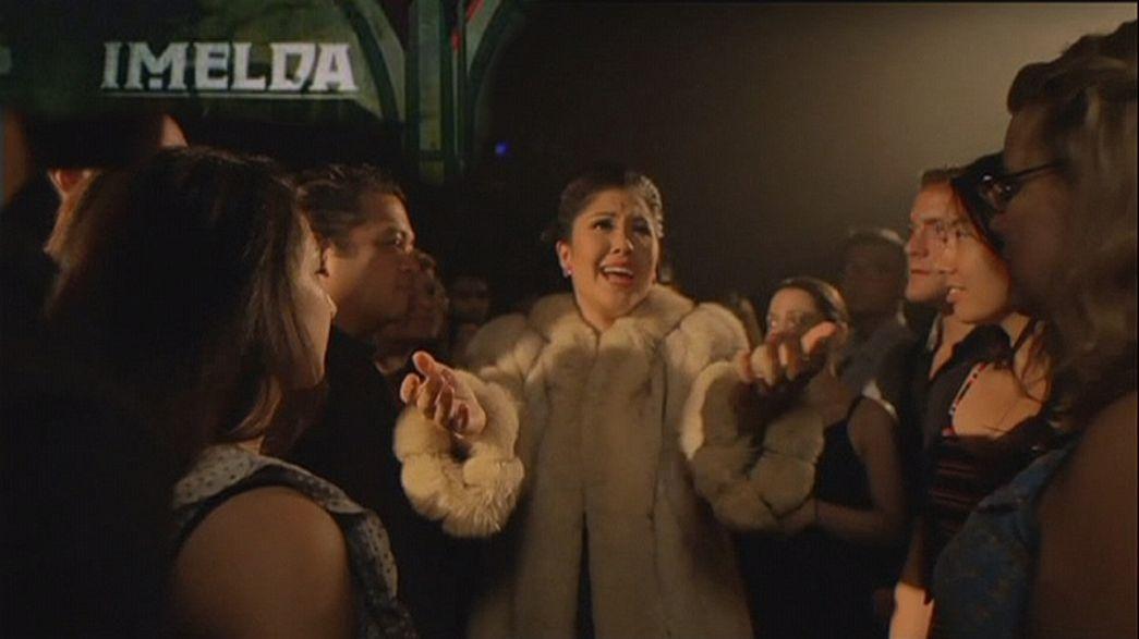 Imelda Marcos com música de David Byrne e Fatboy Slim