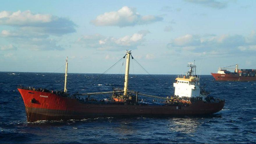 Cargo in avaria con 700 migranti scortato verso Creta