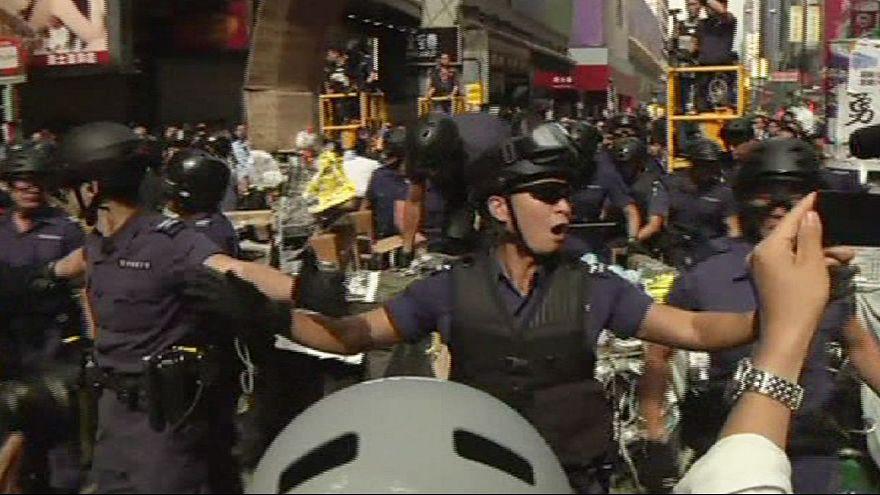 الشرطة تواصل إجلاء أحياء هونغ كونغ وتعتقل ناشطان من الحركة الطلابية