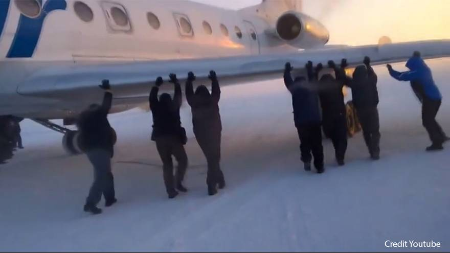 """Это надо видеть: пассажиры """"раскачали"""" примерзший самолет"""