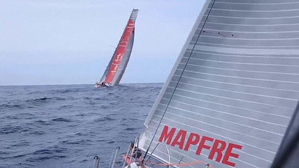 Volvo Ocean Race: Μάχη με τα κύματα στα μισά του δεύτερου σκέλους
