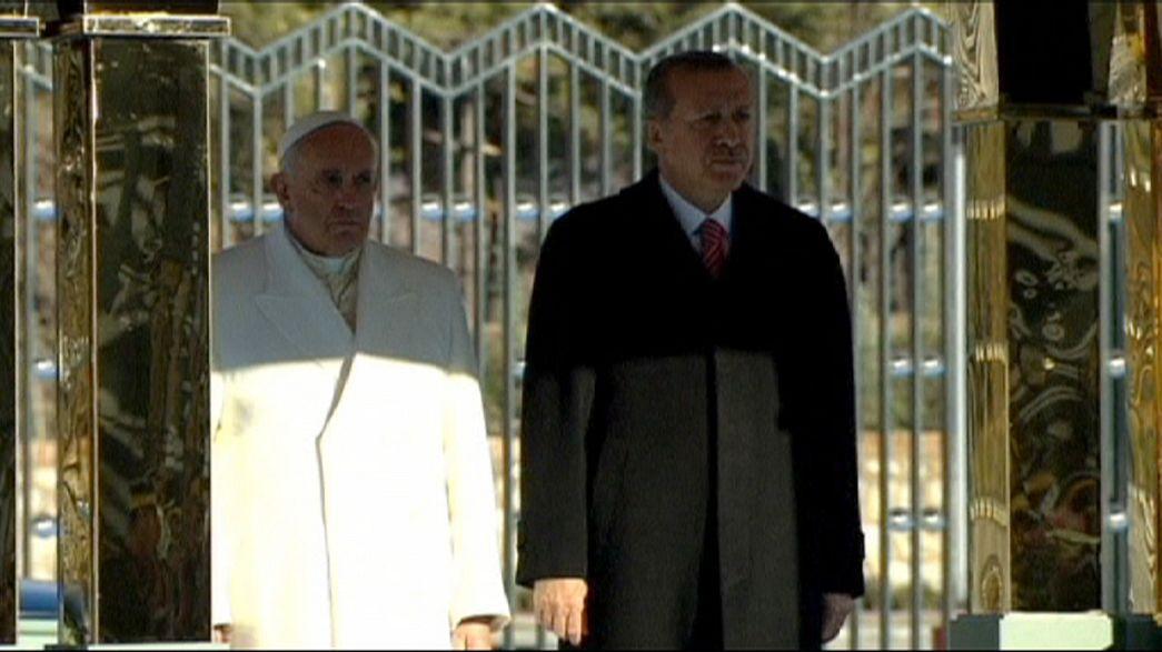 Türkei-Besuch: Papst verurteilt religiös motivierte Gewalt
