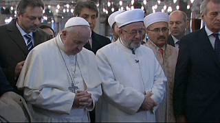 Turquie: le pape François se recueille dans la Mosquée bleue d'Istanbul
