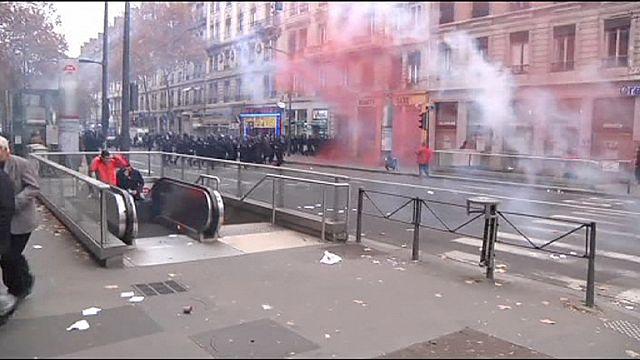 Ulusal Cephe lideri Marine Le Pen koltuğunu korudu