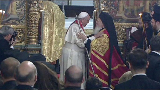 Papa Francesco e l'abbraccio con il Patriarca di Costantinopoli