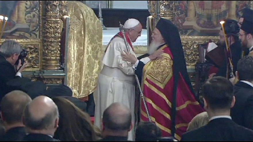 Ferenc pápa imádkozott a Kék Mecsetben, és találkozott az ökumenikus pátriárkával