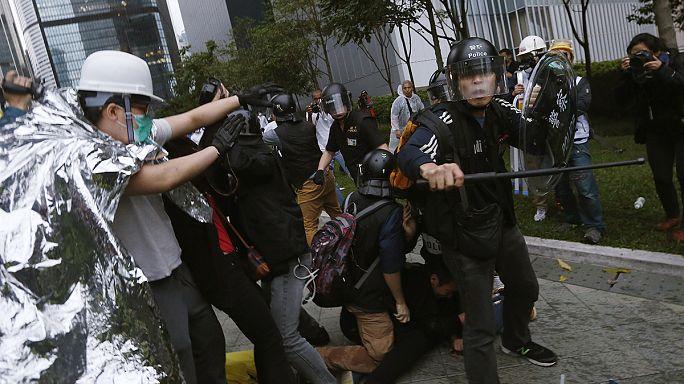 Hongkong: a tüntetők összecsaptak a rendőrséggel