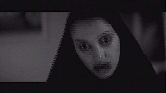 Egy lány egyedül megy haza a sötétben...