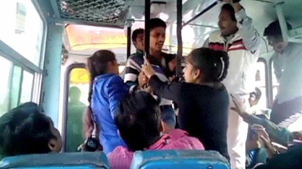 Hindistan'da cesur kız kardeşler tacizcilerini dövdü