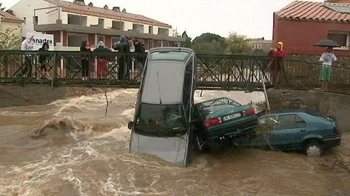 Autos weggespült: Überschwemmungen in Südfrankreich