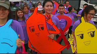 Tayland'da binlerce kişi AIDS'le mücadele için sokaklarda