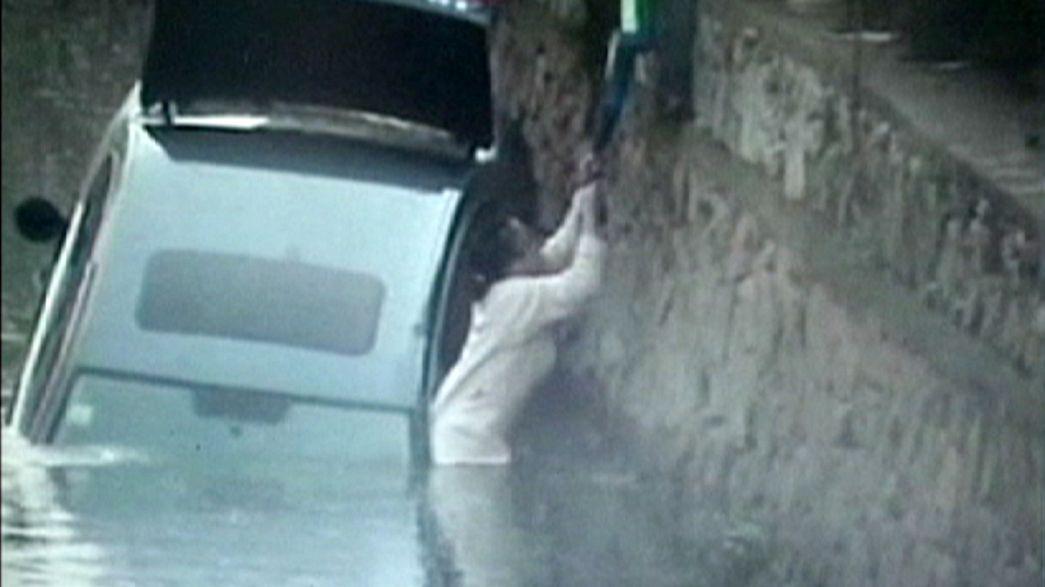 Auto im Wasser, Fahrerin gerettet