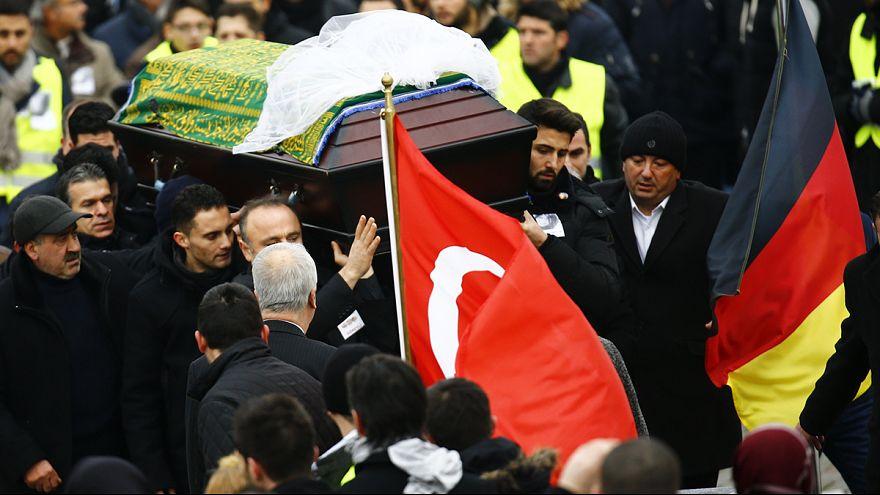 """خاکسپاری دختر جوانی که """"الگوی فداکاری"""" در آلمان شد"""