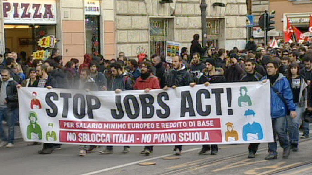 Riforma del lavoro. Senato vota fiducia su Jobs Act di Renzi. Disordini a Roma