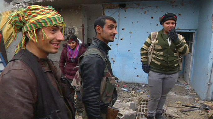 Harabeye dönen Kobani peşmerge desteğiyle IŞİD'e direniyor