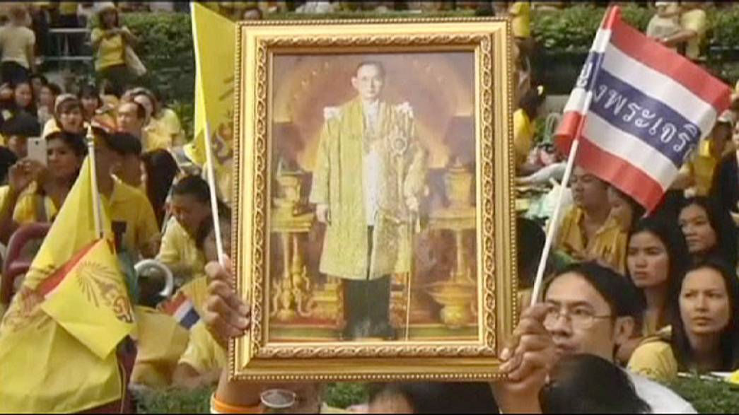Tayland'da Kral Bhumibol'un doğumgünü kendisinden yoksun kutlanıyor