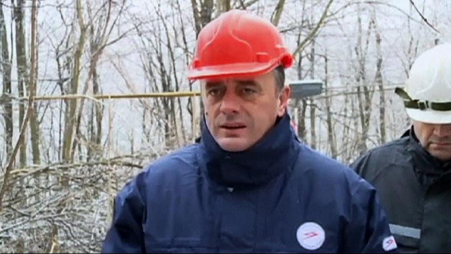 Video: Serbischer Minister entgeht Eiszapfenattacke