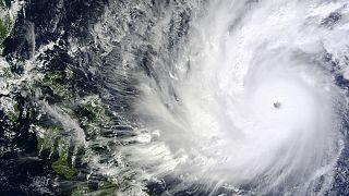 """Массовая эвакуация населения на Филиппинах. Тайфун """"Хагупит"""" наступает"""