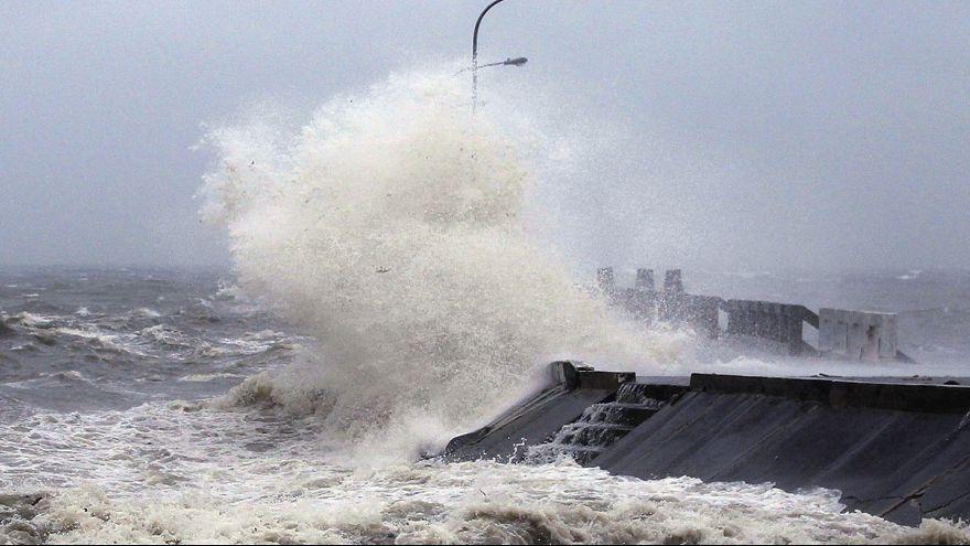 """Филиппины: тайфун """"Хагупит"""" ослаб, но все еще грозен"""