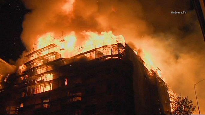 Лос-Анджелес: сотни пожарных борются с огнём в центре города