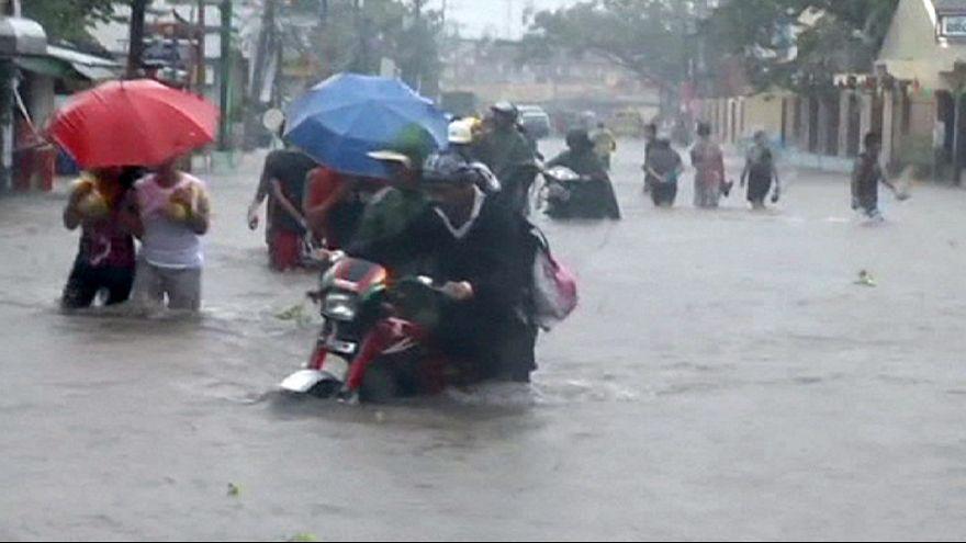 Filipinler'de büyük yıkıma yol açan tayfunun etkisi azalıyor