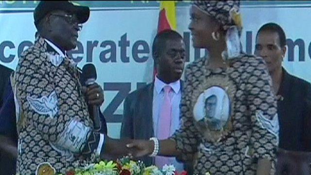 """زيمبابوي:الرئيس موغابي يقيل نائبته """"موجورو""""وثمانية وزراء"""