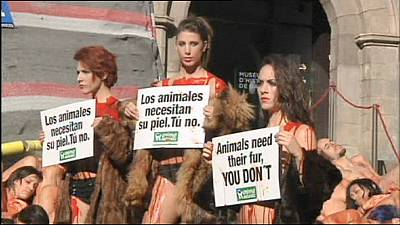 Naked, 'bloodsoaked' activists protest against fur trade – nocomment