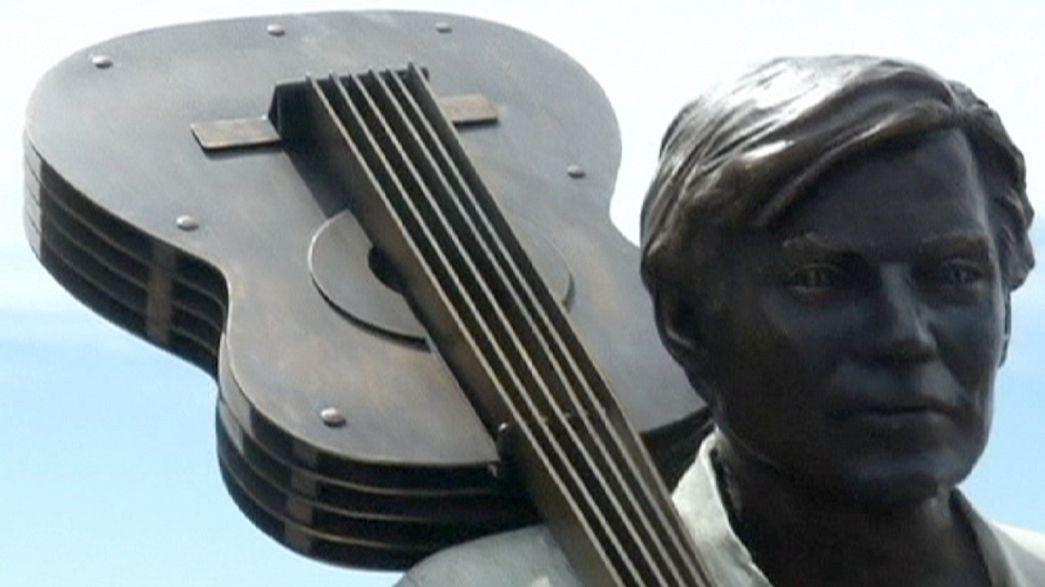 تمثال من البرونز للفنان البرازيلي توم جوبيم في شاطىء إيبانيما