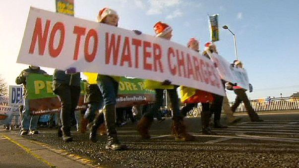 Miles de irlandeses protestan contra impuesto del agua