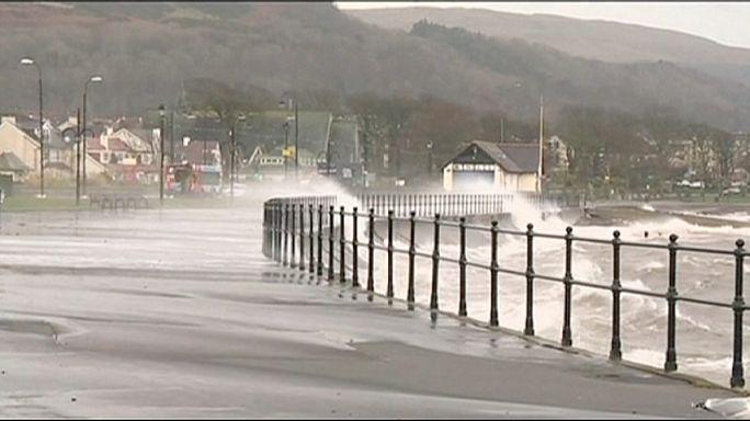 İskoçya'da dev dalgalar hayatı olumsuz etkiledi