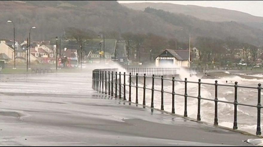 عاصفة قوية تضرب إسكلتندا وأجزاء من بريطانيا