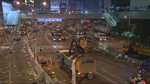 برچیده شدن چادرهای معترضان هنگ کنگی و بازداشت یکصد تن از آنها
