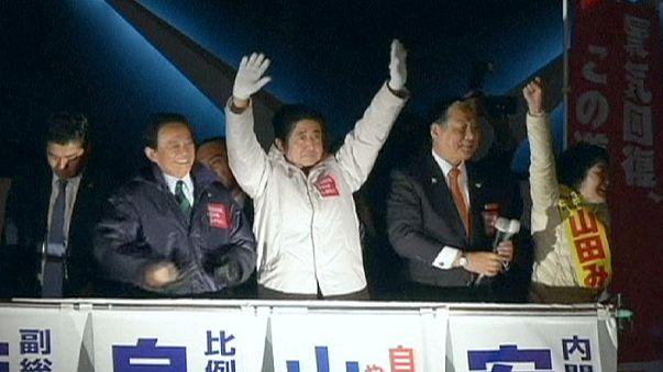 """Japon : Shinzo Abe en passe de remporter un nouveau mandat pour poursuivre les """"abenomics"""""""