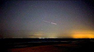 Una espectacular lluvia de meteoritos ilumina el cielo