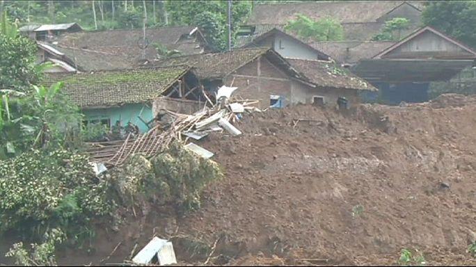 پاکسازی جاده های منتهی به محل رانش زمین در اندونزی