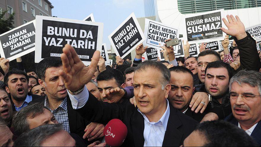 Tiltakozás a török ellenzéki újságírók letartóztatása miatt