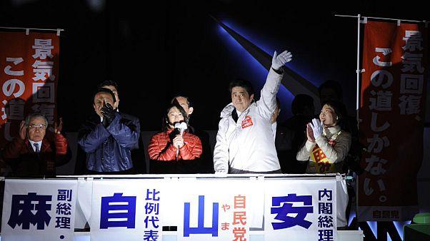 """Японский премьер намерен продолжать проводить в жизнь """"абэномику"""""""