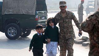 Un ataque talibán contra una escuela militar de Pakistán deja un centenar de muertos