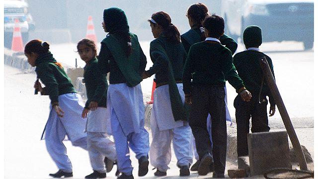 أكثر من 130 قتيلا في مجزرة ارتكبتها حركة طالبان بمدرسة في باكستان