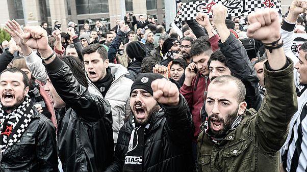 Államcsínnyel vádolják a Beşiktaş szurkolóit