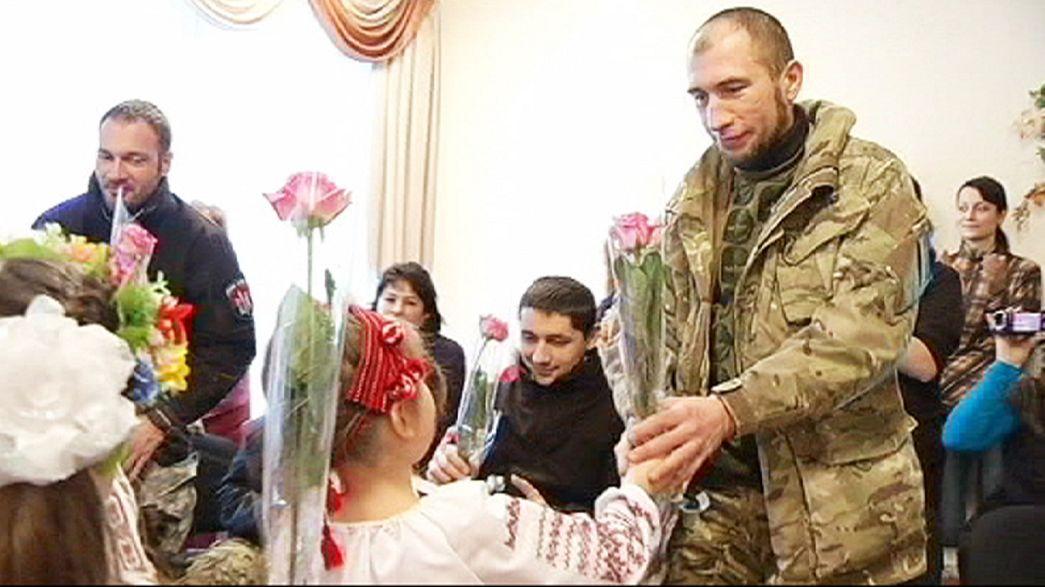 Cyborgs ucranianos heridos recuperan la sonrisa en una escuela de párvulos