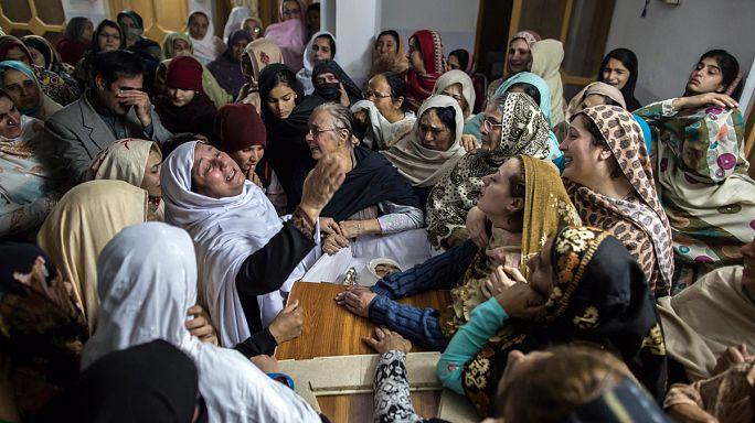 Száznál több halott a pakisztáni iskolai merényletben