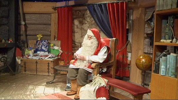 Papá Noel recibe las últimas cartas antes de Navidad